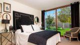 cama grande con sabanas blanca y negra