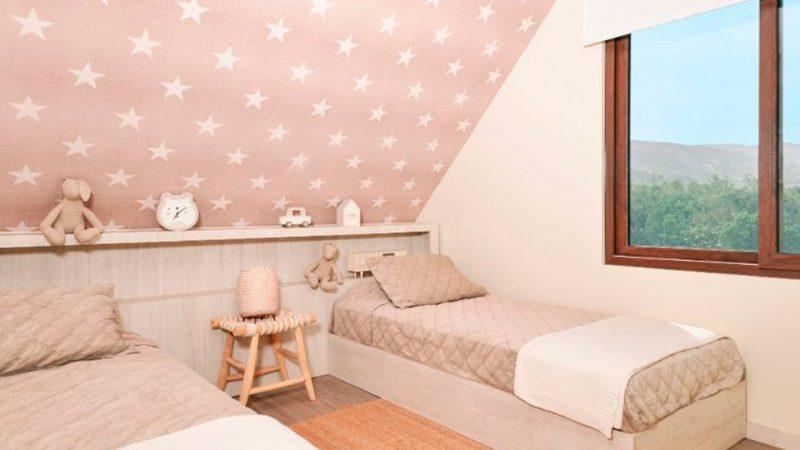 dos camas rosada dentro del dormitorio
