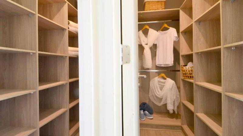 closet dentro del dormitorio