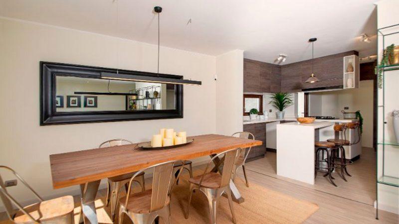 mesa de comedor dentro de la cocina